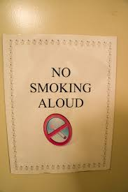 大声にタバコを吸わないでいけません。(aloud/allowed)